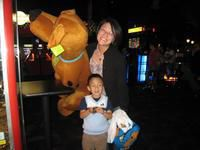 Mommies do it all. Even carry giant Scoobys home!